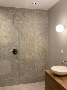 Luxe badkamer visgraat tegels